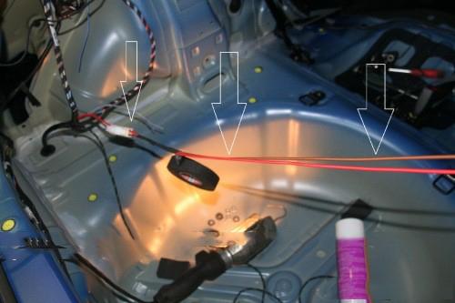 Hier kan je 2 draden aan maken en met de andere bestaande bedrading mee naar voren leggen naar de accu.