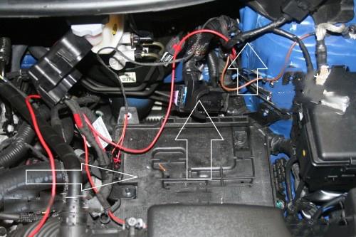 Onder de motorkap demonteer je de accu en haal je het motor stuur apparaat weg. Als je een diesel hebt hangt hier nog een brandstof filter deze moet er dan ook aan de kant.