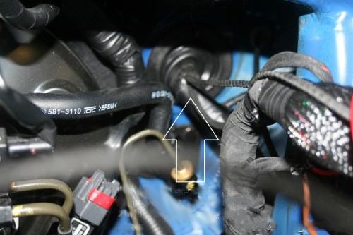 Dan zie je hier achter het kabel door voer rubber en hier kan je je bedrading naar buiten leggen.