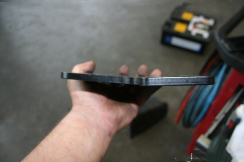 let op de knik in de linker en rechter plaat die tegen de chassis balk word vast gemonteerd. Kijk goed op het meegeleverde schema hoe je ze moet houden.